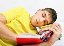 Sueño cansado del adolescente en los libros Fotos de archivo