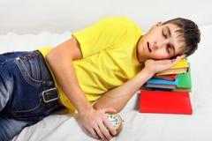Sueño cansado del adolescente en los libros Imagen de archivo libre de regalías