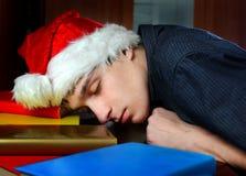 Sueño cansado del hombre joven en los libros Imágenes de archivo libres de regalías
