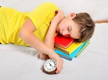 Sueño cansado del niño en los libros Fotografía de archivo