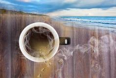 Sueño con la aventura distante sobre la taza caliente de concepto del café Imagen de archivo libre de regalías