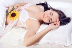 Sueño de la muchacha en cama Fotografía de archivo libre de regalías