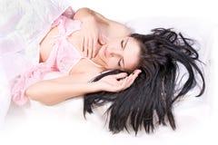 Sueño de la muchacha en cama Fotos de archivo libres de regalías
