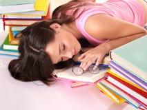 Sueño de la muchacha en la pila de libro. foto de archivo