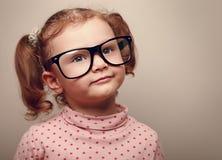 Sueño de la muchacha feliz del niño en vidrios. Primer Fotos de archivo libres de regalías