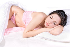 Sueño de la mujer en cama foto de archivo libre de regalías