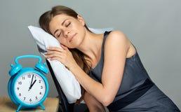 Sueño de la mujer en el lugar de trabajo en silla de la oficina fotos de archivo libres de regalías