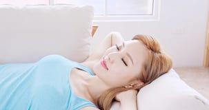Sueño de la mujer en el sofá fotografía de archivo libre de regalías