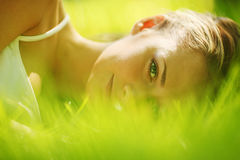 Sueño de la mujer en hierba Foto de archivo libre de regalías