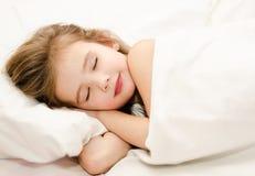 Sueño de la niña en la cama foto de archivo libre de regalías