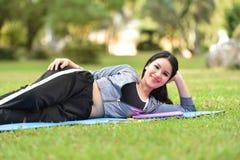 sueño de la postura del ejercicio en la hierba Imagen de archivo libre de regalías