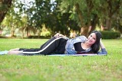 sueño de la postura del ejercicio en la hierba Fotos de archivo libres de regalías
