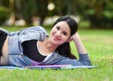 sueño de la postura del ejercicio en la hierba Foto de archivo