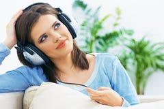 Sueño de música que escucha de la mujer joven Imagen de archivo libre de regalías