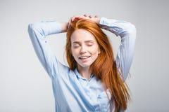 Sueño de pensamiento de la muchacha bonita joven soñadora del jengibre celebrando la sonrisa de la cabeza Imagenes de archivo