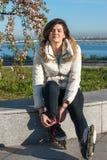 Sueño de restos de la mujer joven después del patinaje sobre ruedas Foto de archivo