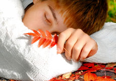 Sueño del adolescente al aire libre Fotos de archivo
