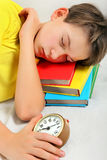 Sueño del adolescente con el despertador Imagen de archivo libre de regalías
