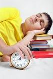 Sueño del adolescente con el despertador Fotografía de archivo