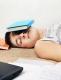 Sueño del adolescente con el libro Imágenes de archivo libres de regalías