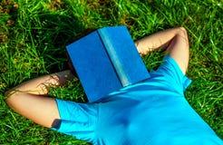 Sueño del adolescente con el libro Foto de archivo libre de regalías