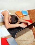 Sueño del adolescente con el ordenador portátil Fotos de archivo libres de regalías