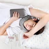 Sueño del adolescente con la tableta Imagenes de archivo