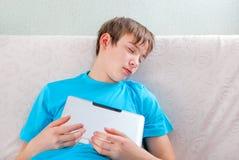 Sueño del adolescente con la tableta Fotografía de archivo