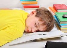 Sueño del adolescente con libros Foto de archivo libre de regalías