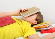 Sueño del adolescente con libros Imagen de archivo libre de regalías