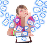 Sueño del adolescente con PC de la tableta y volar el aislante de los mensajes Fotos de archivo libres de regalías