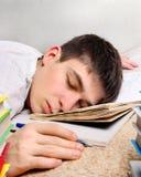 Sueño del adolescente en el libro Foto de archivo