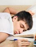Sueño del adolescente en los libros Imagenes de archivo