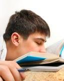Sueño del adolescente en los libros Foto de archivo