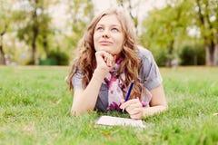 Sueño del adolescente en parque Foto de archivo