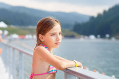 Sueño del adolescente joven que coloca el lago cercano Imagen de archivo libre de regalías