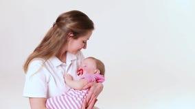 Sueño del bebé en manos de la madre almacen de video