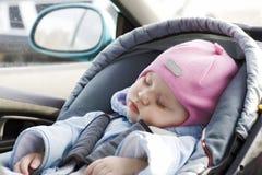 Sueño del bebé en un coche fotos de archivo