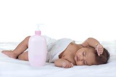 Sueño del bebé en una cama imagen de archivo