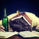 Sueño del estudiante con una cerveza Imágenes de archivo libres de regalías