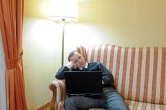 Sueño del hombre en el sofá Imágenes de archivo libres de regalías