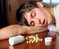 Sueño del hombre joven con las píldoras Imagen de archivo libre de regalías