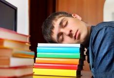 Sueño del hombre joven en los libros imágenes de archivo libres de regalías