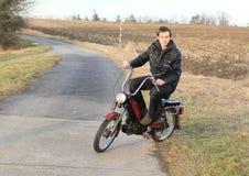 Sueño del montar a caballo del hombre joven en una moto Fotos de archivo