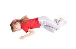 Sueño del niño de la muchacha en suelo. foto de archivo
