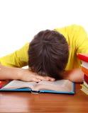 Sueño del niño en el escritorio de la escuela Foto de archivo libre de regalías