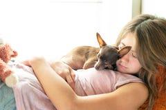 Sueño dulce Chica joven en pijamas que duerme llevando a cabo su lovel Imagen de archivo libre de regalías
