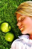 Sueño en la hierba Foto de archivo