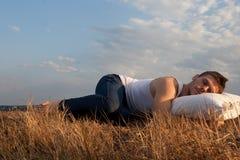 Sueño en un campo. Fotografía de archivo