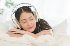 Sueño hermoso del adolescente mientras que lisening a la música con earpho Fotos de archivo libres de regalías